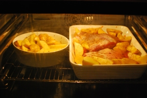 Lammschulter Wellington und Ofenkartoffeln im Backofen