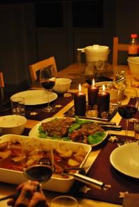 gedeckter Tisch mit Weihnachtsdeko