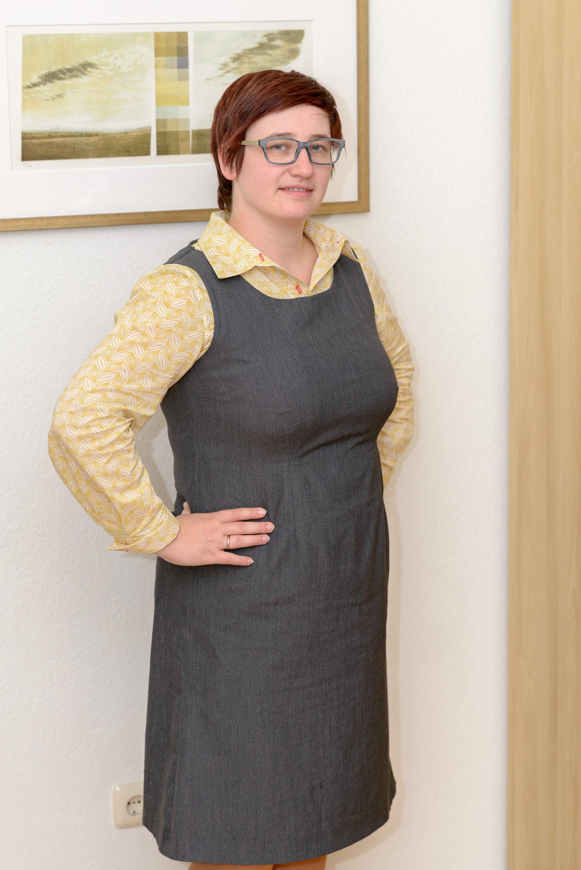 Etuikleid mit bluse tragen