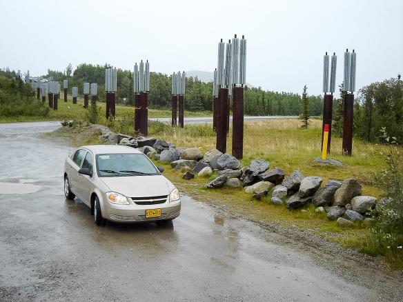 Hier verläuft die Pipeline unterirdisch. Die Luftkühler dienen dazu, den Permafrostboden auf unter 0°C zu kühlen, damit die Pipeline nicht im Morast absäuft.